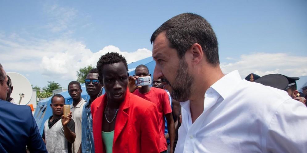 Matteo Salvini nella tendopoli che ospita i braccianti immigrati a Gioiatauro, 10 luglio 2018