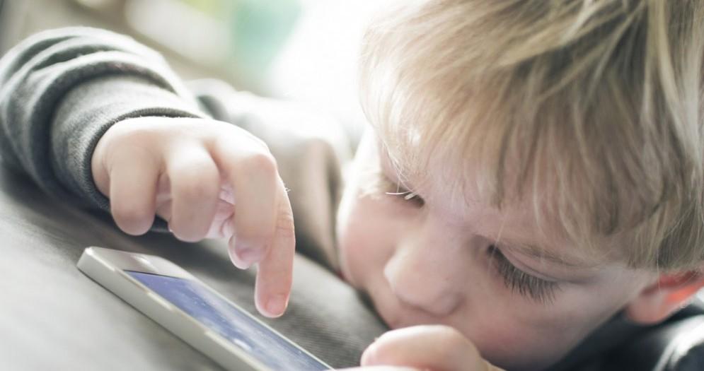 Bambini e smartphone. Genitori troppo permissivi