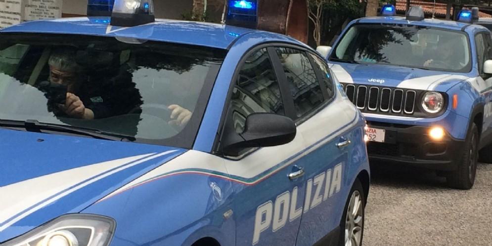 Scende dal bus e gli strappano il borsello: la polizia rintraccia il ladro