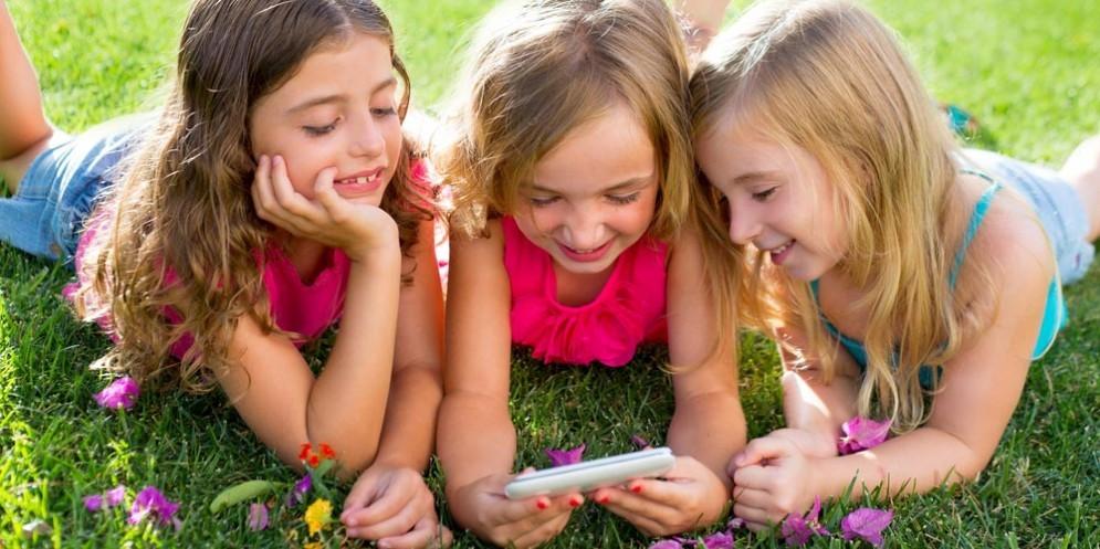 I ragazzi che usano troppo smartphone rischiano l'obesità e, di conseguenza, anche malattie croniche
