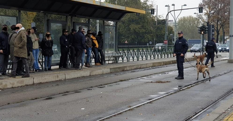 Vigili con cani e controllori sul tram 4: un passeggero su quattro sorpreso senza biglietto