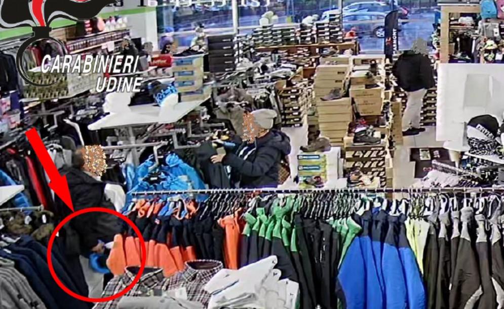 Ruba 2 giacconi da 780 euro: preso grazie alle telecamere