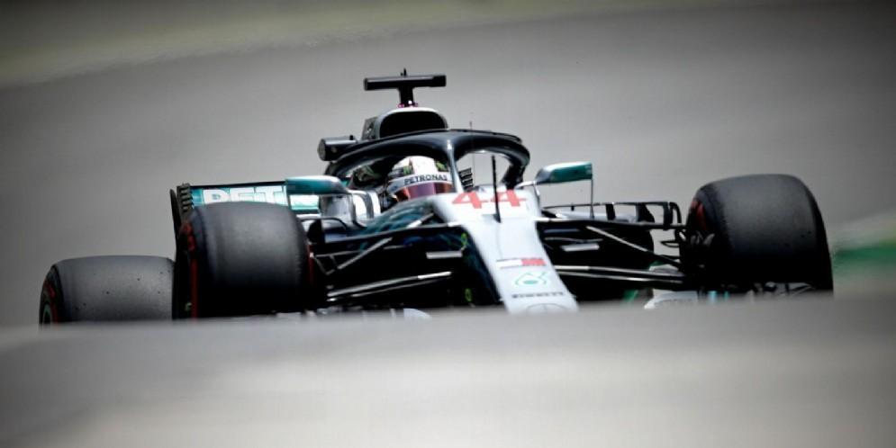 Lewis Hamilton nel circuito di Interlagos