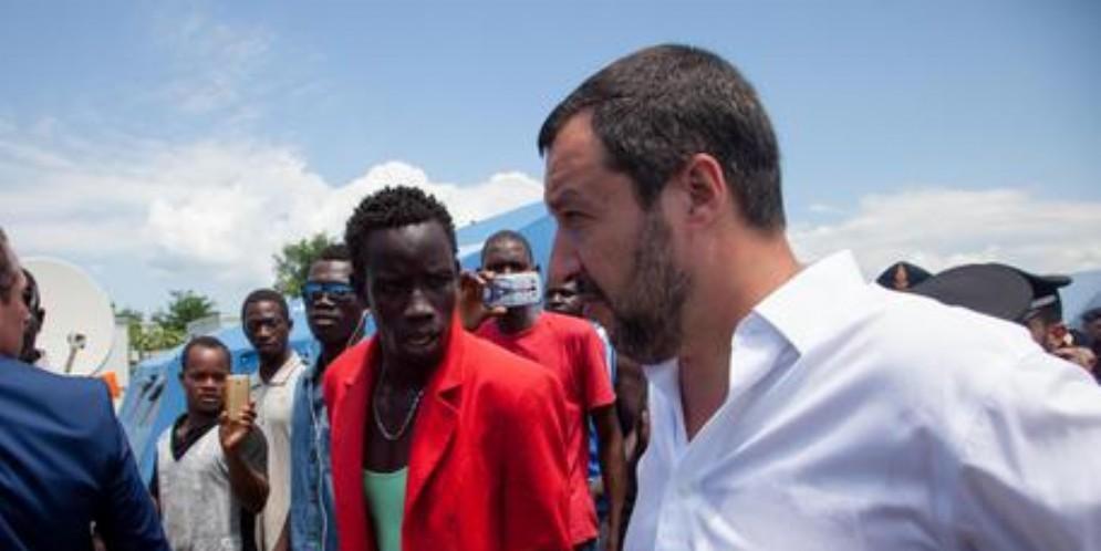 Il ministro dell'Interno Matteo Salvini in un centro di accoglienza