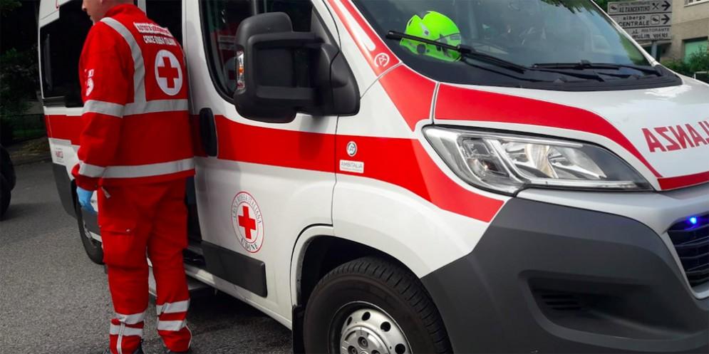 Scontro fra auto: una persona finisce all'ospedale con un trauma toracico