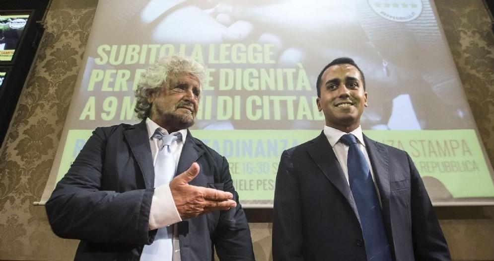 Beppe Grillo con Luigi Di Maio durante la conferenza stampa al Senato sul reddito di cittadinanza