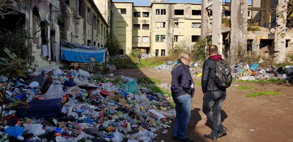 Giornalisti all'interno dell'ex fabbrica Penicillina di Roma