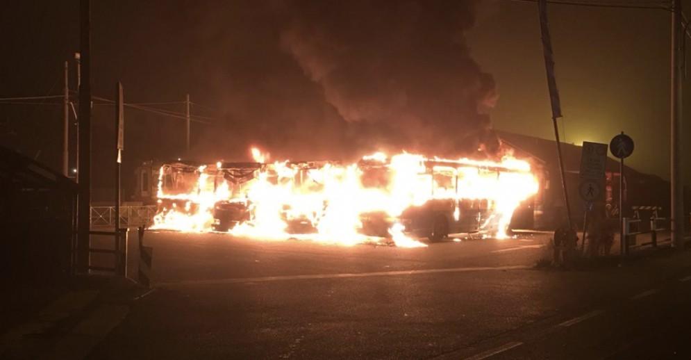 Incendio nella notte, a fuoco 7 bus Gtt: indagano i carabinieri