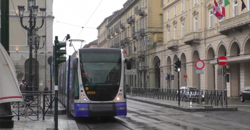 Auto finisce su binari del 4, incidente con il tram: ferito automobilista (immagine archivio)