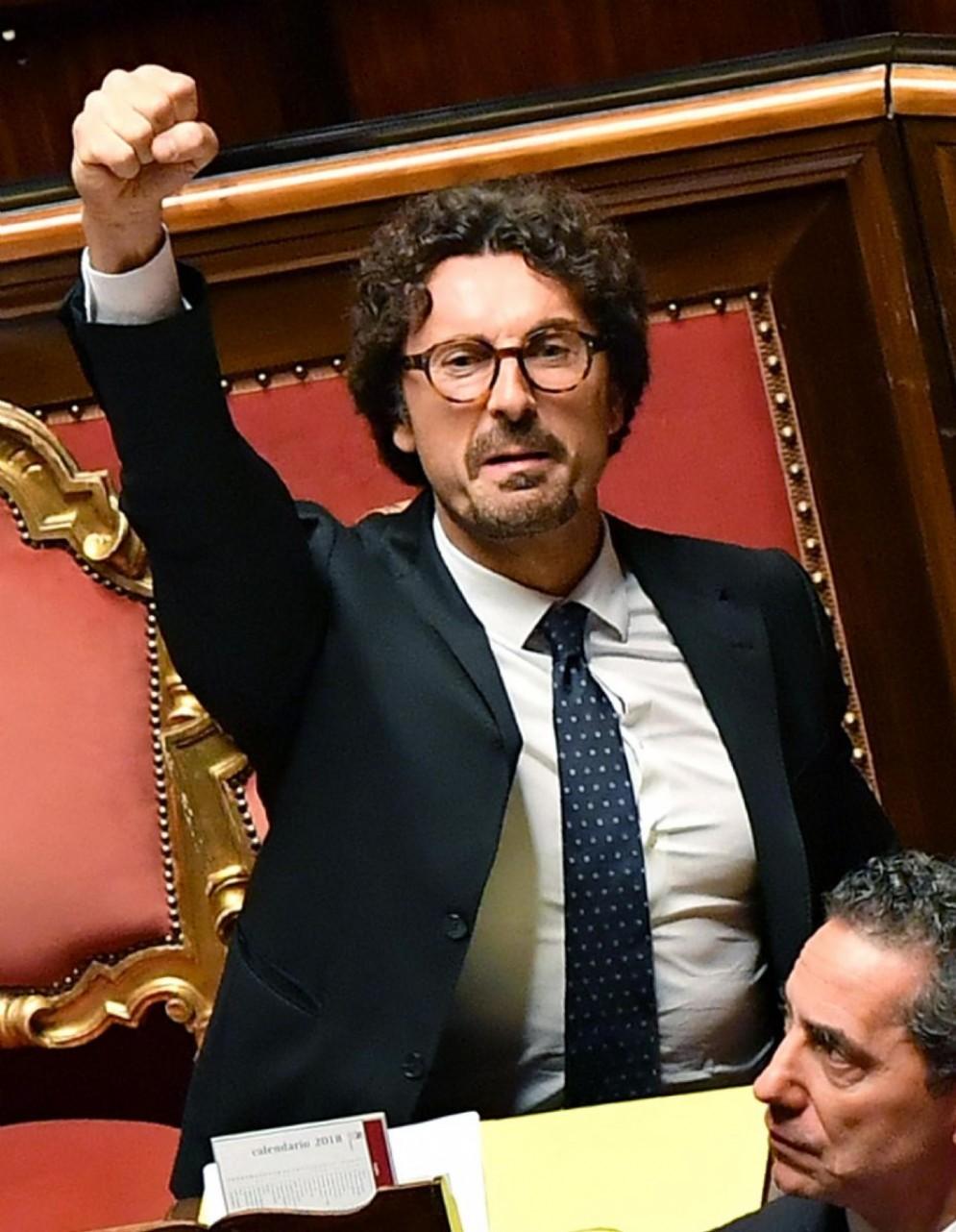 Il ministro delle Infrastrutture e dei Trasporti, Danilo Toninelli, durante il voto sul Dl Genova al Senato