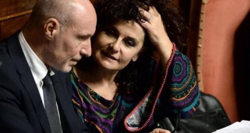 I senatori del Movimento 5 stelle Gregorio De Falco ed Elena Fattori, che non hanno votato il decreto Genova