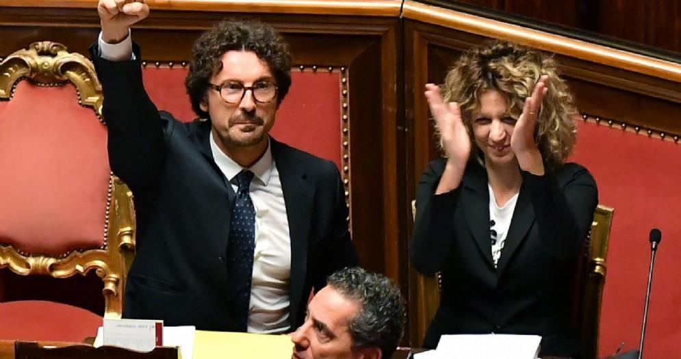 Il ministro delle Infrastrutture e dei Trasporti, Danilo Toninelli, e il ministro per il Sud, Barbara Lezzi, durante il voto sul Dl Genova al Senato