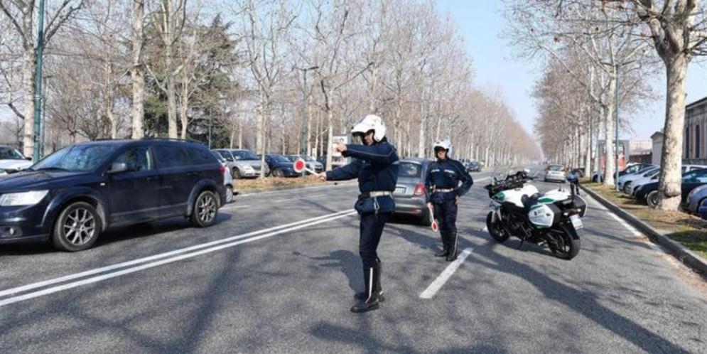 Fermata auto con targa e documenti stranieri: spuntano 50 multe non pagate