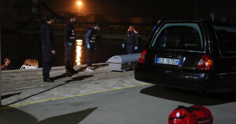Il viaggio su un barchino per raggiungere la Sardegna di un gruppo di algerini si è trasformato in tragedia