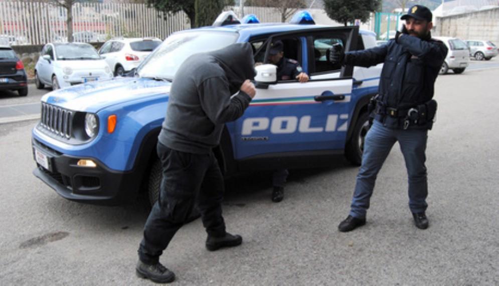 Poliziotto aggredito durante un controllo: spray al peperoncino manda k.o. il malvivente