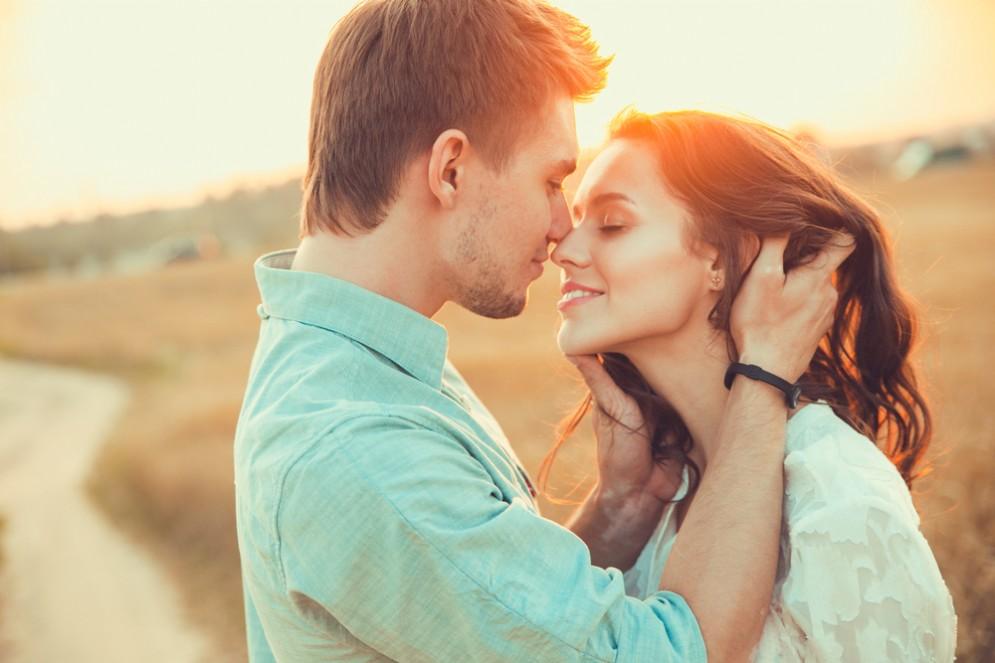22enne rischia di morire dopo aver baciato al sua ragazza - foto rappresentativa