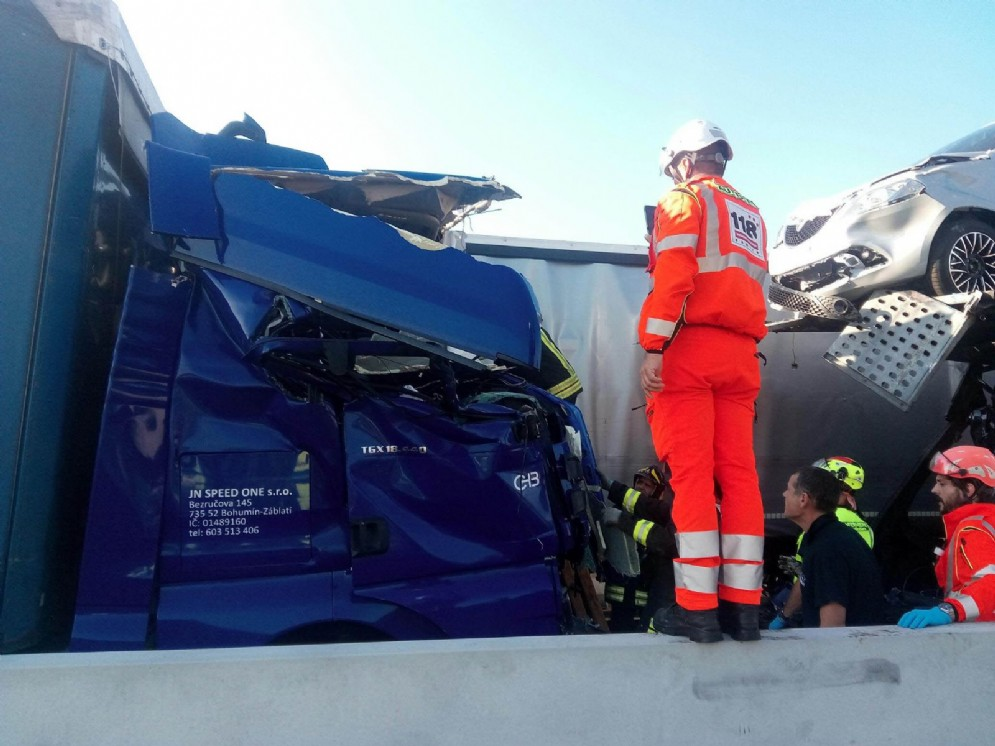 Incidente fra due camion: una persona finisce all'ospedale