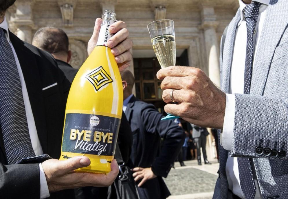 Senatori e deputati del Movimento a Montecitorio festeggiano l'approvazione per il taglio dei vitalizi