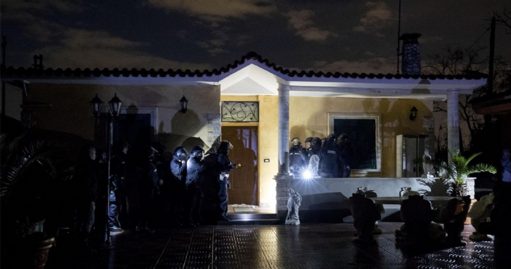 Al via le operazioni di demolizione di otto manufatti abusivi riconducibili al clan Casamonica