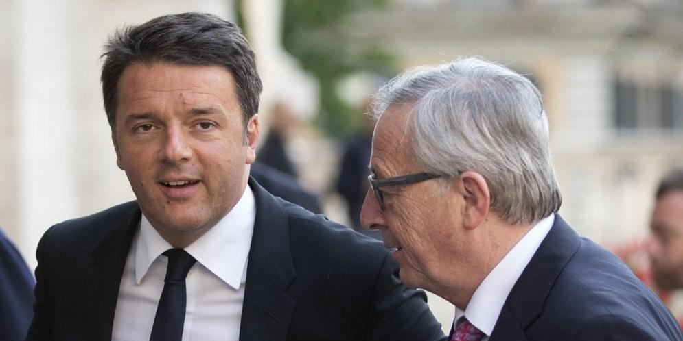 L'ex premier ed ex segretario del Pd, Matteo Renzi, con il presidente della Commissione europea, Jean-Claude Juncker