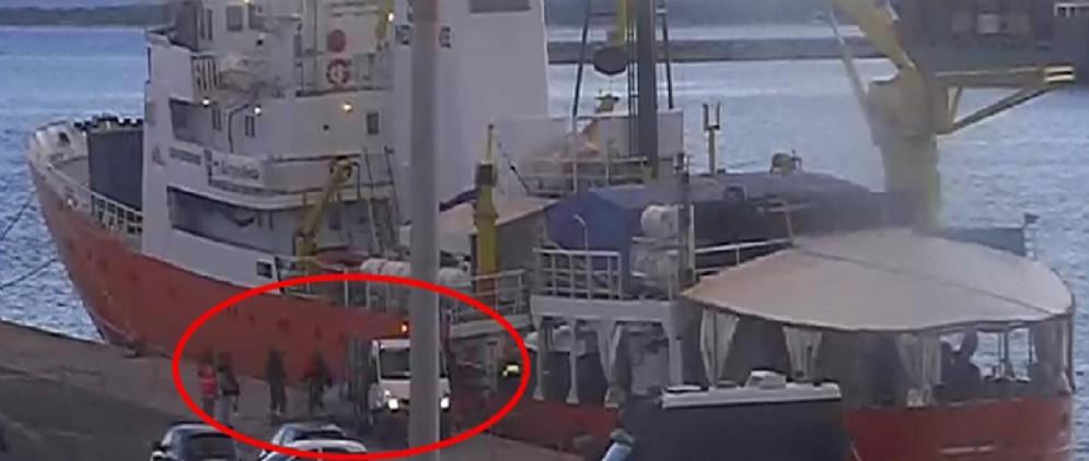 Un momento delle presunte irregolarità nello smaltimento dei rifiuti di bordo della nave