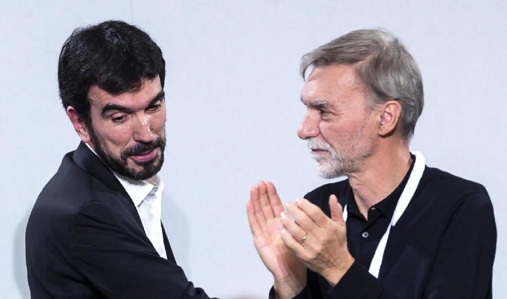 Il segretario uscente del Partito Democratico Maurizio Martina con Graziano Delrio al termine del suo intervento durante l'assemblea nazionale