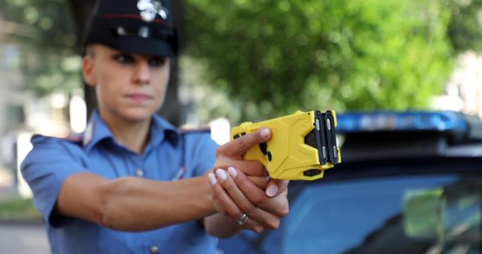 Un Carabiniere tiene in mano il Taser