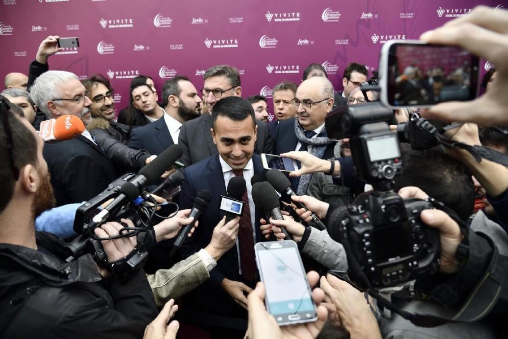 """Il vicepremier e ministro del Lavoro Luigi Di Maio """"accerchiato"""" dai giornalisti"""