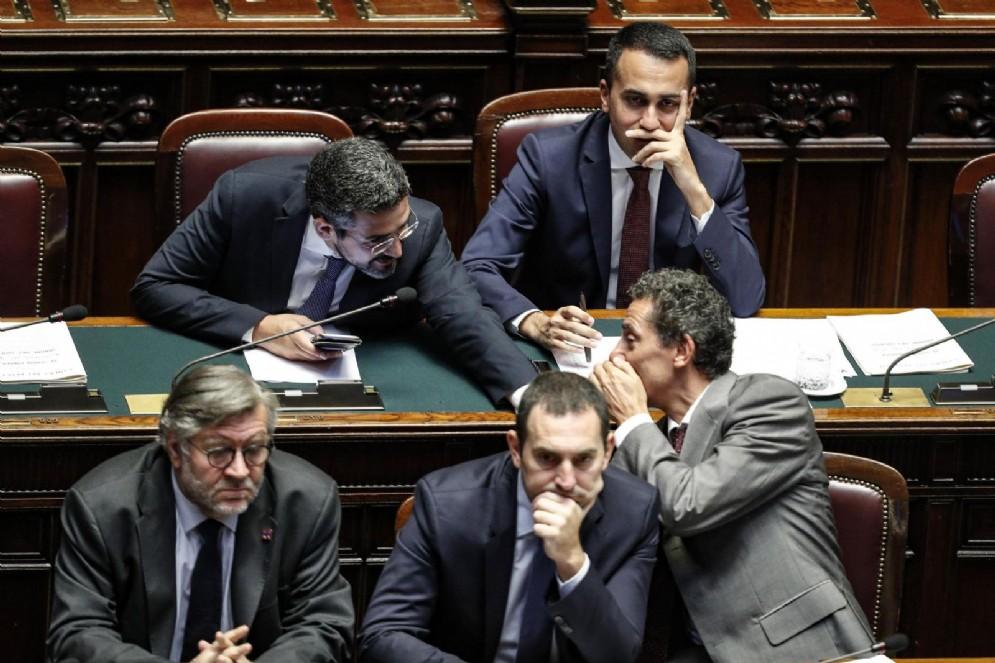Riccardo Fraccaro (S), Luigi Di Maio e i sottosegretari (S-D) Raffaele Volpi, Vincenzo Spadafora e Andrea Cioffi alla Camera