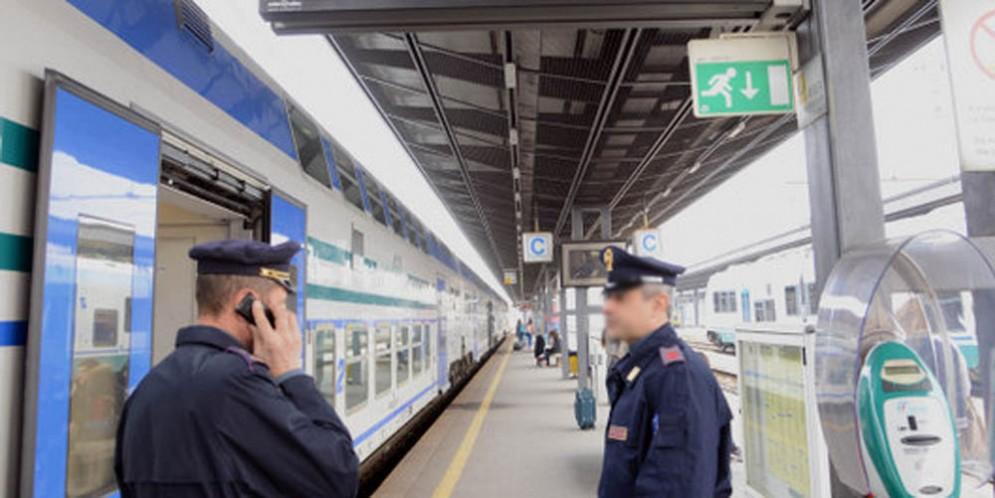 La polizia ha identificato 130 persone: fermati 9 stranieri irregolari