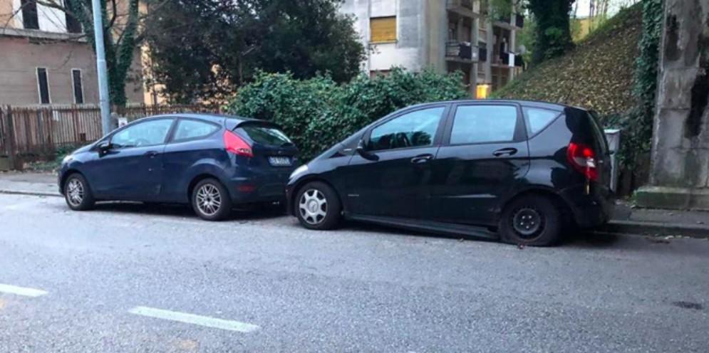 Auto impazzita danneggia due vetture in sosta: caccia al pirata della strada