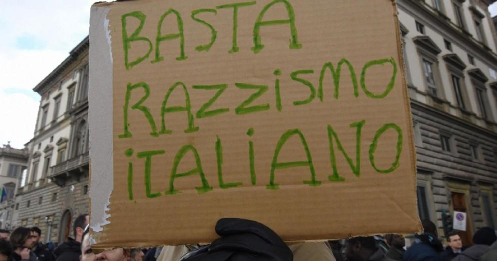 Un cartello contro il razzismo in Italia durante la manifestazione a ponte Vespucci a Firenze