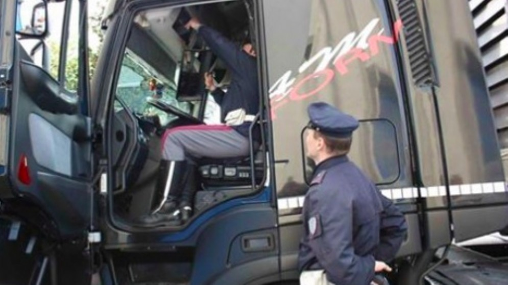 Manomette il cronotachigrafo del suo camion: multa e patente ritirata