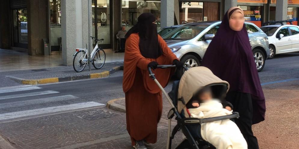A Monfalcone non si potrà più entrare negli uffici comunali con burqa o niqab