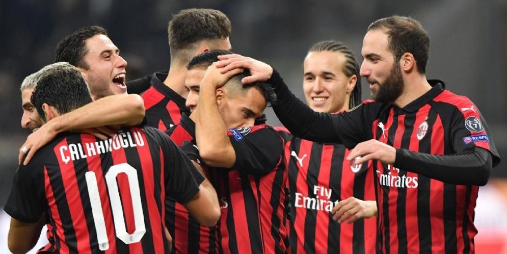 I giocatori del Milan festeggiano dopo un gol al Dudelange