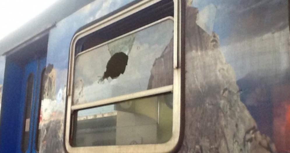 Pezzi di cemento sui binari e treno preso a sassate: ritardi sulla linea Udine-Venezia
