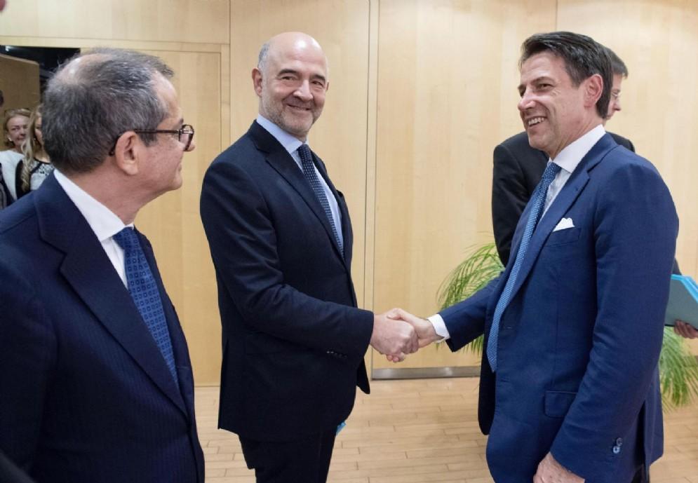 Il ministro dell'Economia Giovanni Tria, il premier Giuseppe Conte e il commissario Ue Pierre Moscovici