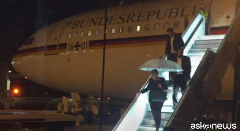 Angela Merkel scende dall'aereo dopo l'atterraggio d'emergenza