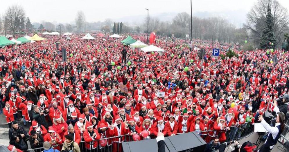 Diciassettemila Babbi Natale sotto l'ospedale dei bambini di Torino