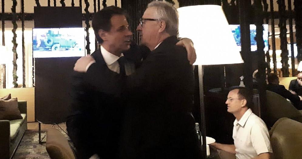 Il premier Giuseppe Conte abbraccia il presidente della Commissione Ue Jean-Claude Juncker