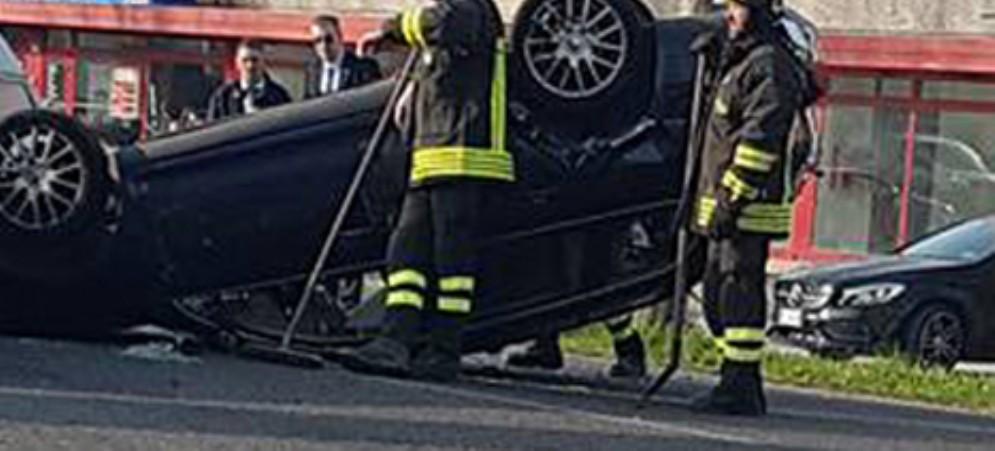Auto esce di strada e si rovescia: c'è un ferito