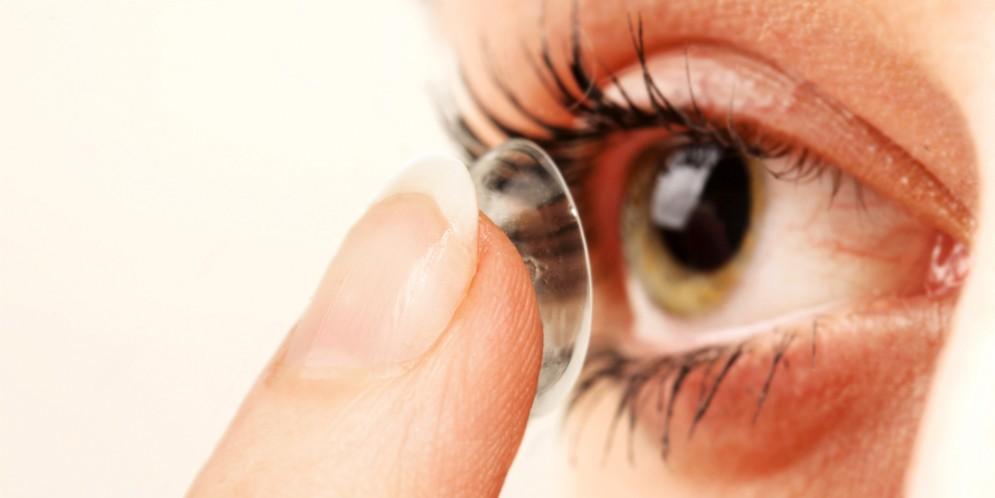 Perde un occhio per aver tenuto le lenti a contatto durante la doccia