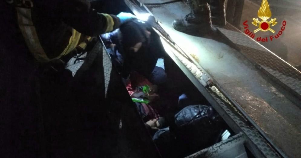 Vicenza, nove migranti nascosti nel treno merci partito dalla Serbia