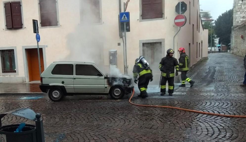 Auto in fiamme in via Grazzano: intervengono i Vigili del Fuoco