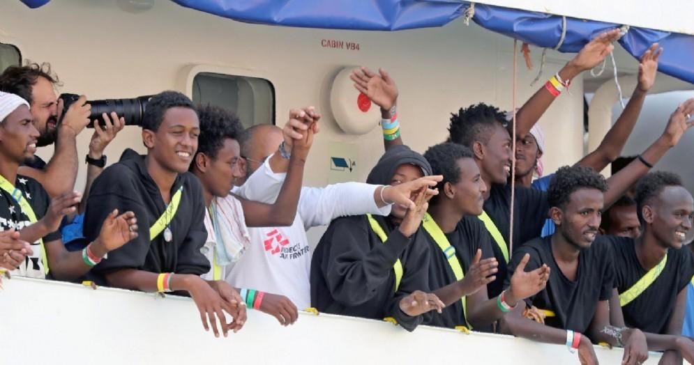 I migranti a bordo della nave Aquarius delle ong Msf e Sos Mediterranée