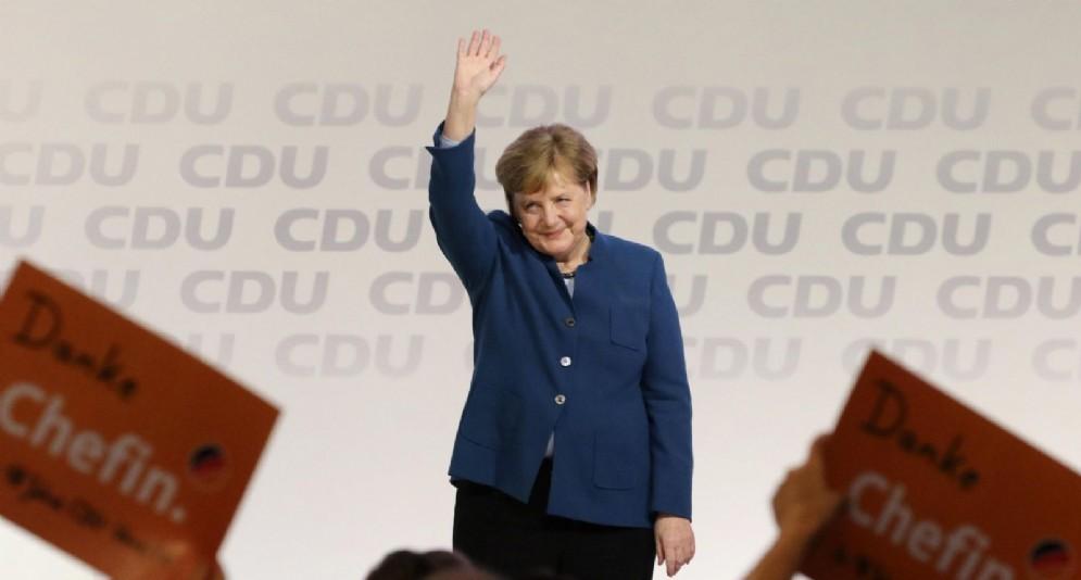 La cancelliera tedesca Angela Merkel saluta la Cdu al congresso del partito