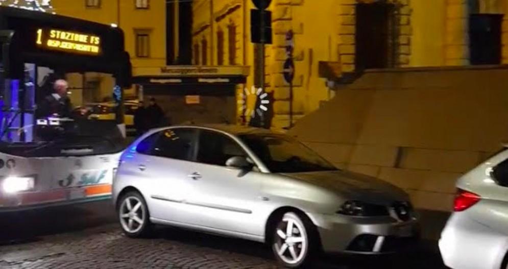 Udine: la sosta selvaggia blocca il passaggio al bus