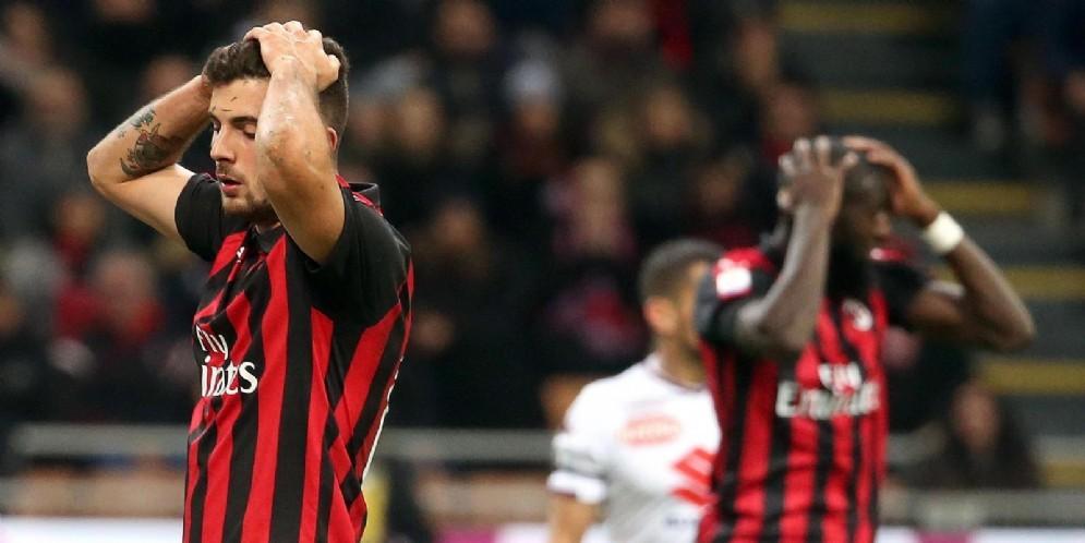 Cutrone si dispera dopo il clamoroso gol fallito in chiusura di match