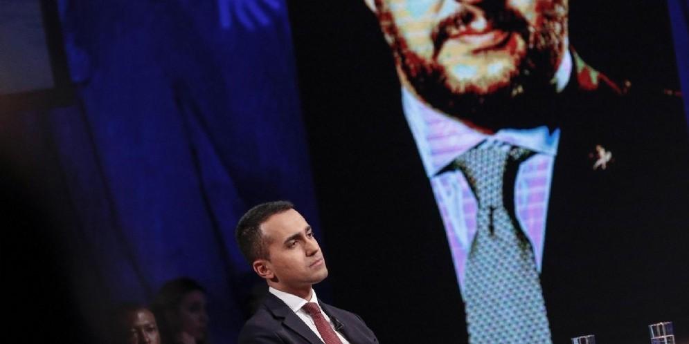 Il vicepremier e ministro del Lavoro e dello Sviluppo Economico Luigi Di Maio con sullo sfondo Matteo Salvini