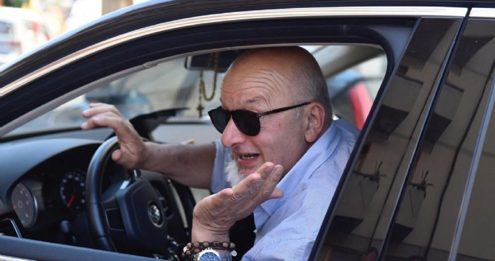 Tiziano Renzi alla guida nella sua Rignano sull'Arno